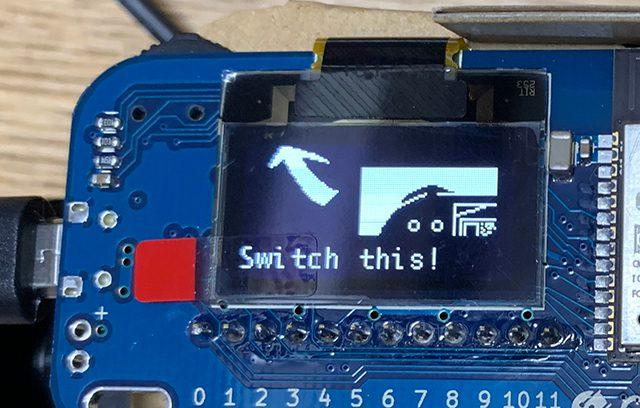 """""""Switch this!""""のメッセージを表示するIoTホームキット"""